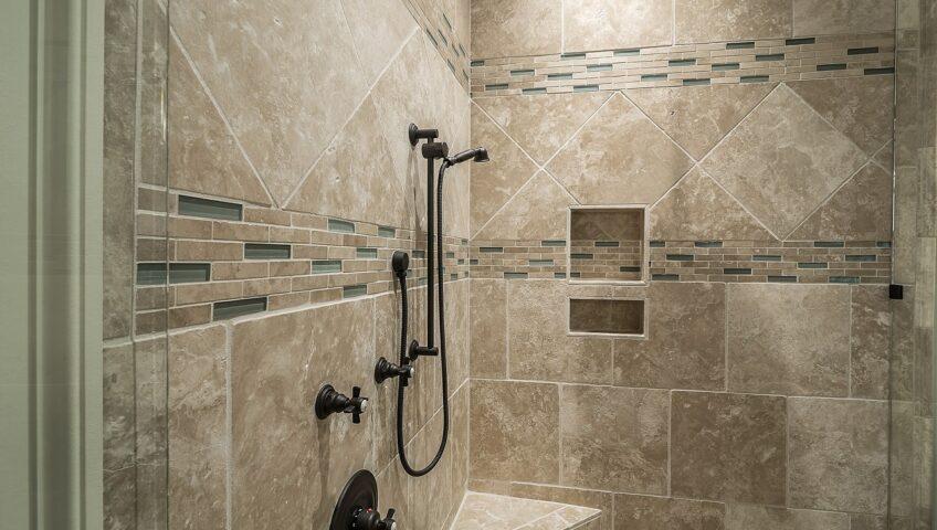 płytki łazienkowe pod prysznicem