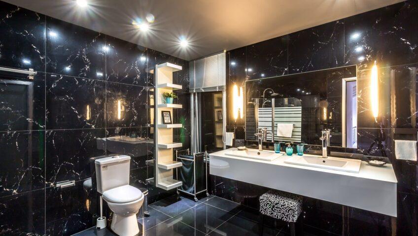 oświetlenie łazienkowe w czarnej łazience