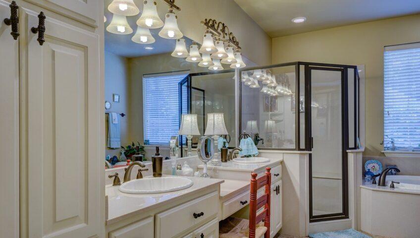 oświetlona łazienka